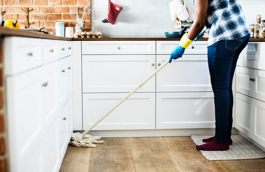 Nettoyage du sol de la cuisine