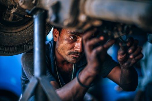 Homme vérifie l'état de la carrosserie
