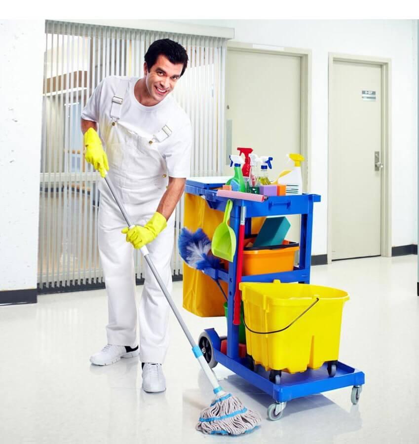 Homme en uniforme fait le nettoyage du sol