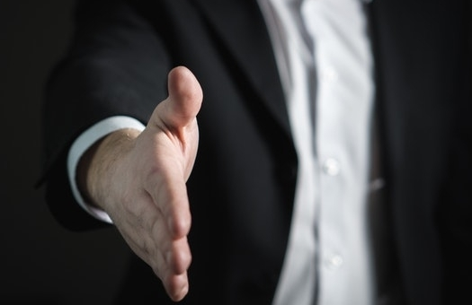 Proposition de serrer la main