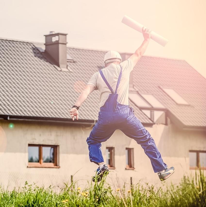 Homme content saute avec le papier dans la main