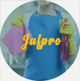 Femme en tablier montre les produits de nettoyage