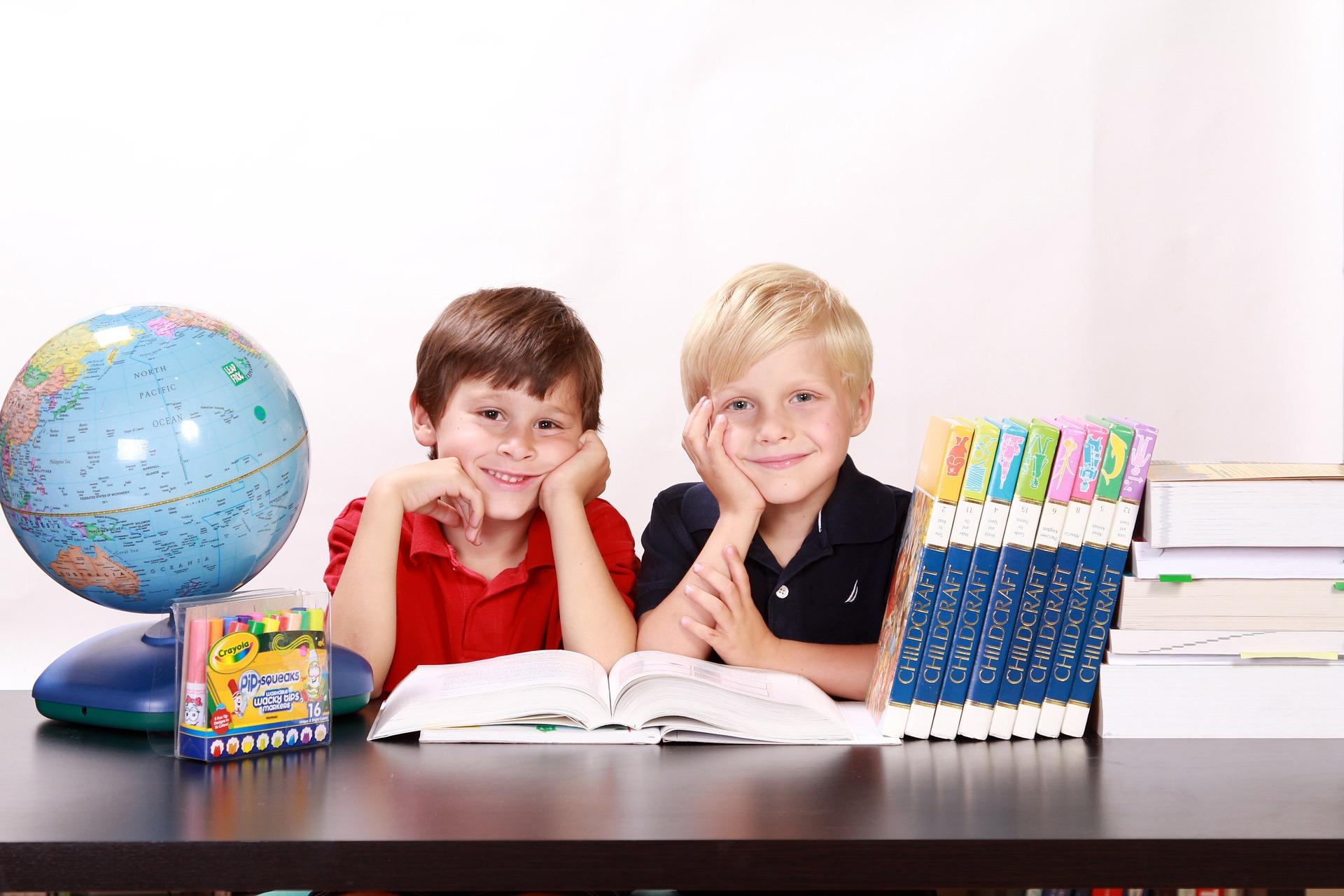 Deux garçons à l'école